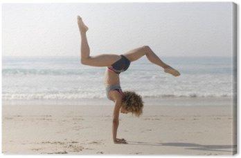 Kobieta uprawiania jogi na zewnątrz