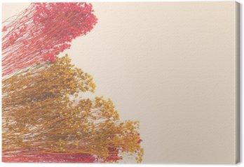 Dekoracyjne małe kwiaty malowane ręcznie. Przestrzeń dla projektanta, miejsce na tekst