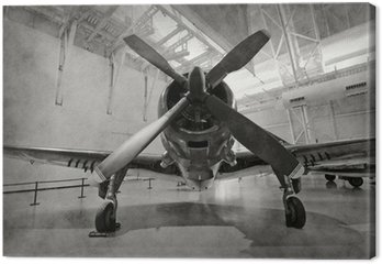 Stary samolot w hangarze