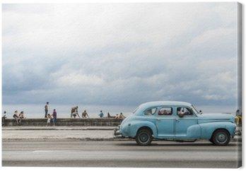 Hawana, Kuba - 18 maja 2011: Klasyczny amerykański samochód rocznik służąc jako dyski taksówki wzdłuż nadmorskiej Malecon, popularnym miejscem spotkań towarzyskich w centrum Hawany.