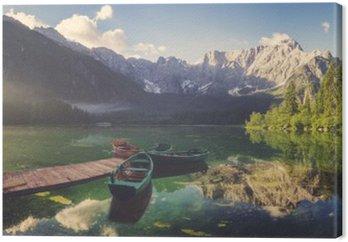 Jezioro alpejskie o świcie, pięknie oświetlone góry, retro kolory, vintage__