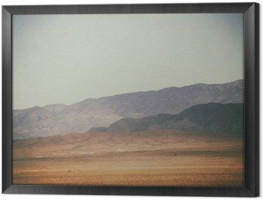 Bergspitzen und in der Wüste Bergketten / Spitze Gipfel und Bergketten Rauer dunkler sowie hellerer Berge in der Mojave Wüste in der Nähe der Death Valley Kreuzung.