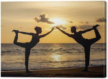 Para robi ćwiczenia jogi razem rozciąganie podczas słońca