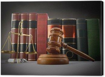 Skal sprawiedliwości, książek prawa i młotek na ciemnym tle