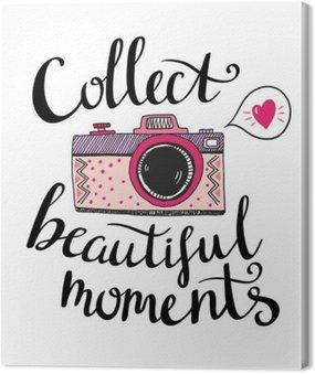 Retro aparat fotograficzny o stylowym napisem - Zbierz piękne chwile. Wektor ręcznie rysowane ilustracji. Broszura dla swojego projektu.