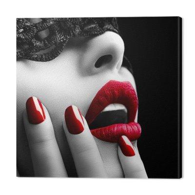 Piękna kobieta z czarnym koronki nad oczy maski