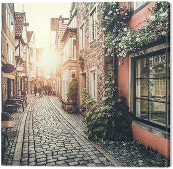 Zabytkowej ulicy w Europie na zachód słońca z efektu retro vintage