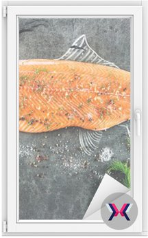 Surowe ryby łososia stek z dodatkami takimi jak cytryny, pieprz, sól morska i koperkiem na czarnej tablicy, naszkicowany obraz kredą łososia stek z ryby