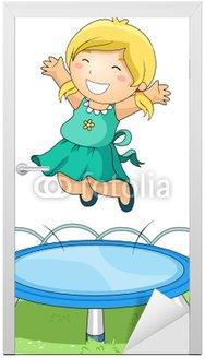 Dziecko skoki na trampolinie w parku