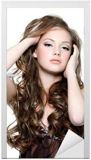 Sexy teen dziewczyna z pięknymi długimi włosami kręconymi