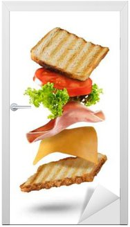 Sandwich z latającymi składników na białym tle