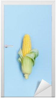 Świeże kolby kukurydzy na niebieskim tle napowietrznych strzał