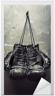 Stare rękawice bokserskie powiesić na gwoździu