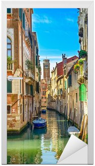 Pejzaż Venice, kanał wodny, kościół i budynki. Włochy