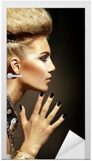 Model rocker w stylu mody portret dziewczyny. Fryzura