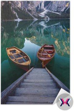Łodzie na Braies Lake (Pragser Wildsee) w Dolomitach Mounta