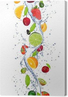 Świeże owoce wchodzące w plusk wody