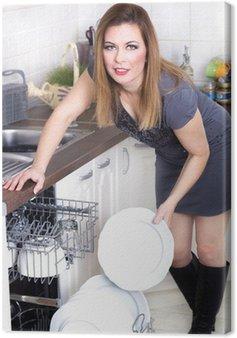 Seksowna kobieta w kuchni robi prac domowych