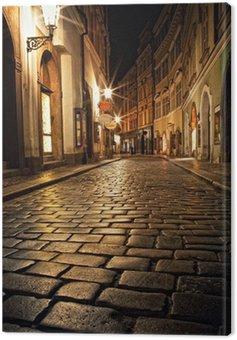 Wąska uliczka z latarniami w Pradze na noc