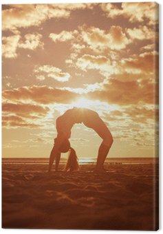 Młoda piękna sylwetka szczupła kobieta praktyki jogi na plaży, o.