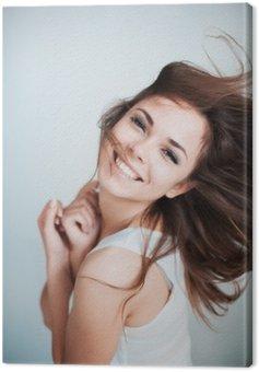 Młoda dziewczyna śmieje się szczęśliwie