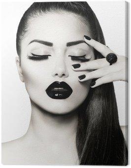 Portret czarno-biały dziewczyna brunetka. modny manicure kawiorem