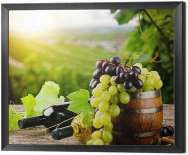 Butelki czerwonego i białego wina ze świeżych winogron
