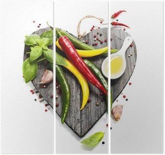 Świeże warzywa na pokładzie cięcia w kształcie serca