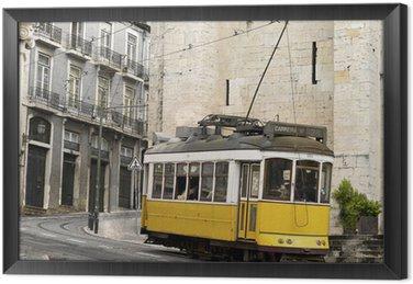 Klasyczny żółty tramwaj w Lizbonie, Portugalia