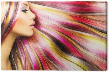 Modelka piękna dziewczyna z kolorowych włosów farbowanych