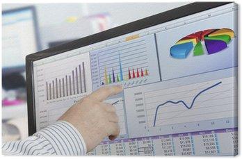 Man analizowanie danych finansowych i wykresy na ekranie komputera