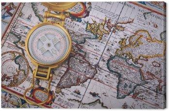 Kompas i archiwalne mapy na drewnianym stole.