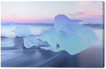 Góry lodowe w Crystal czarnej plaży w Islandii