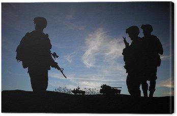 Sylwetki współczesnych żołnierzy z pojazdów wojskowych
