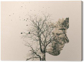 Podwójny portret narażenia młodej kobiety i jesiennych drzew.