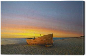 Pomarańczowa łódź rybacka na plazy o zachodzie słońca