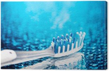 Szczoteczka na niebieskim tle z kroplami wody