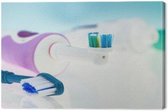 Elektryczna szczoteczka do zębów i klasyczny na powierzchni odbijającej i jasnoniebieskim tle.