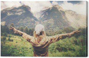 Szczęśliwa kobieta ręce podniesione podróżnych korzystających z góry krajobraz Travel Lifestyle koncepcji harmonii z natura wakacji letnich