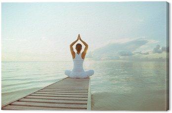 Kaukaski kobieta uprawiania jogi na brzegu morza
