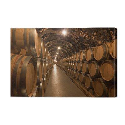Beczki wina w piwnicy