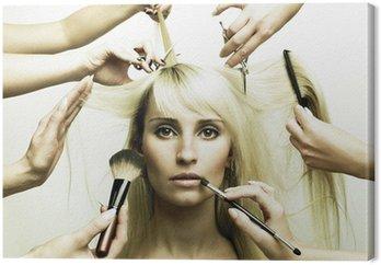 Modelu i ręce stylistów