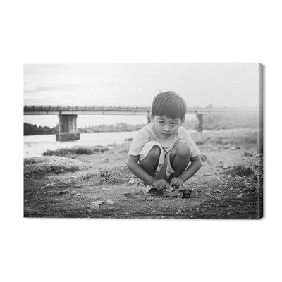 Cute dziecko azjatyckich chłopiec grając na zewnątrz czarne i białe ton