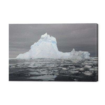 Góra lodowa na morzu Rossa z refleksji.