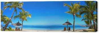 Panorama tropikalnych plaża z krzesła i parasole