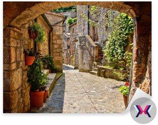 Łukowata brukowanej ulicy w toskańskiej wiosce, włochy